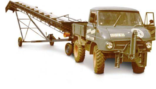 historischer Unimog Huber Technik zieht Förderband für Landwirtschaft